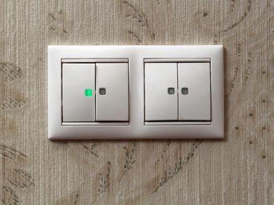Hlavní vypínač připojte základní desku
