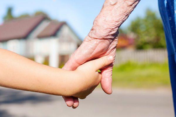 Každý rozumný rodič chce podat svým dětem pomocnou ruku a poté i vnoučatům, vše má však své meze (Zdroj: shutterstock.com)