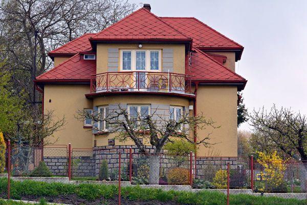 Starší rodinné domy mohou ukrývat spoustu utajených závad, pozornost odvede například nová střecha a výmalba interiéru, v tomto případě však střešní krytinu představuje barvou nově nastříkaný eternit, který je zdraví nebezpečný a jehož likvidace je velice náročná a drahá (Zdroj: Shutterstock)