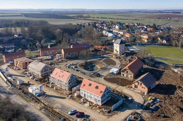 Tvrz Královice a okolní bytová výstavba, v pozadí obec Královice