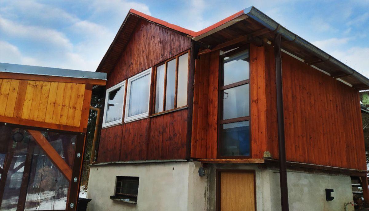 Pan Štěpánek zvolil do dřevěné chaty bílá okna kvůli nižší ceně a kontrastu, Foto: J. Štěpánek