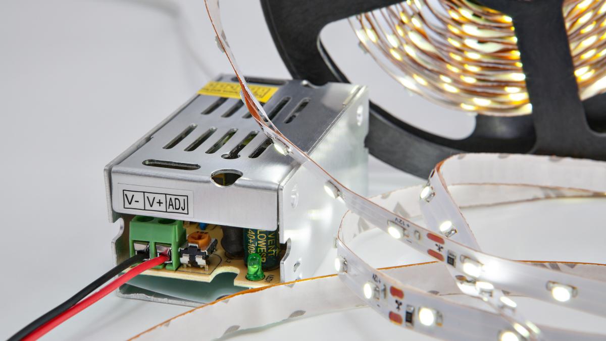 LED pásek připojený ke zdroji. Foto: www.canva.com