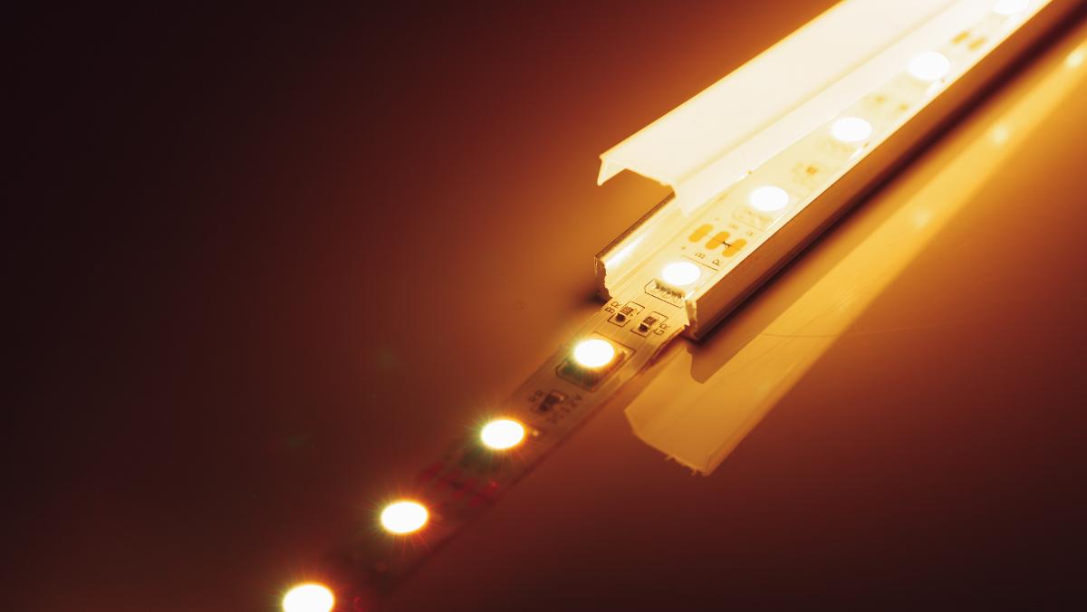 LED pásek vhliníkovém profilu apod krytem. Foto: www.canva.com